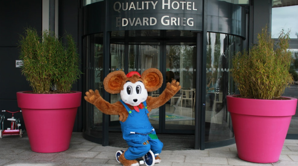 Quality Hotel Edvard Griegs maskot foran hotellet